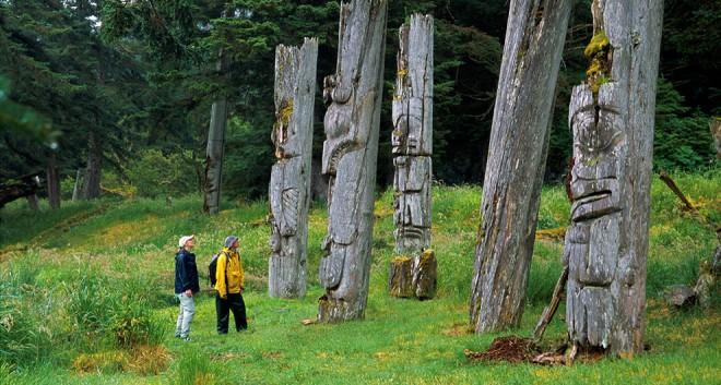 6-2448-totems-Haida-Gwaii